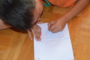 Das Spielfeld zeichnen wir mit Kugelschreiber. Die Schätze sind mit Bleistift eingezeichnet. So kann das Spiel mehrmals auf einem Feld gespielt werden.