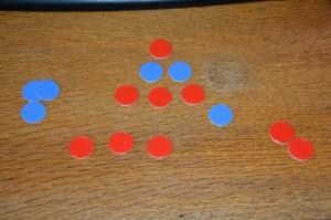 SpielerIn 1 nahm zwei Batzen aus der untersten Reihe. SpielerIn 2 nahm 3 Batzen aus der zweiten Reihe.