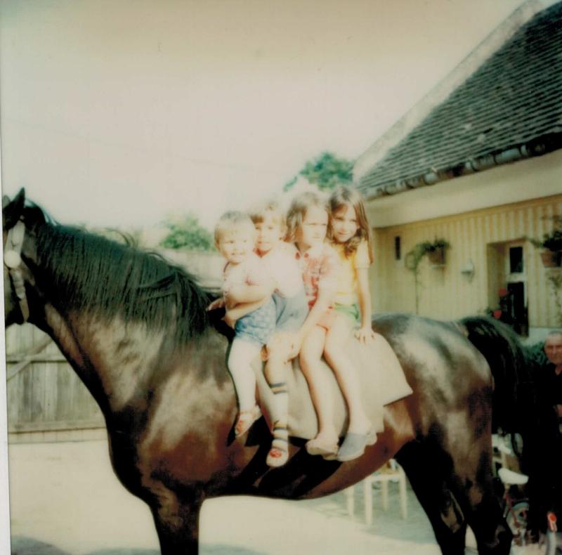 Auf ein starkes Pferd zu sitzen war für mich ein Traum (hinterstes Mädchen). Jedoch die Wolldecke juckte!