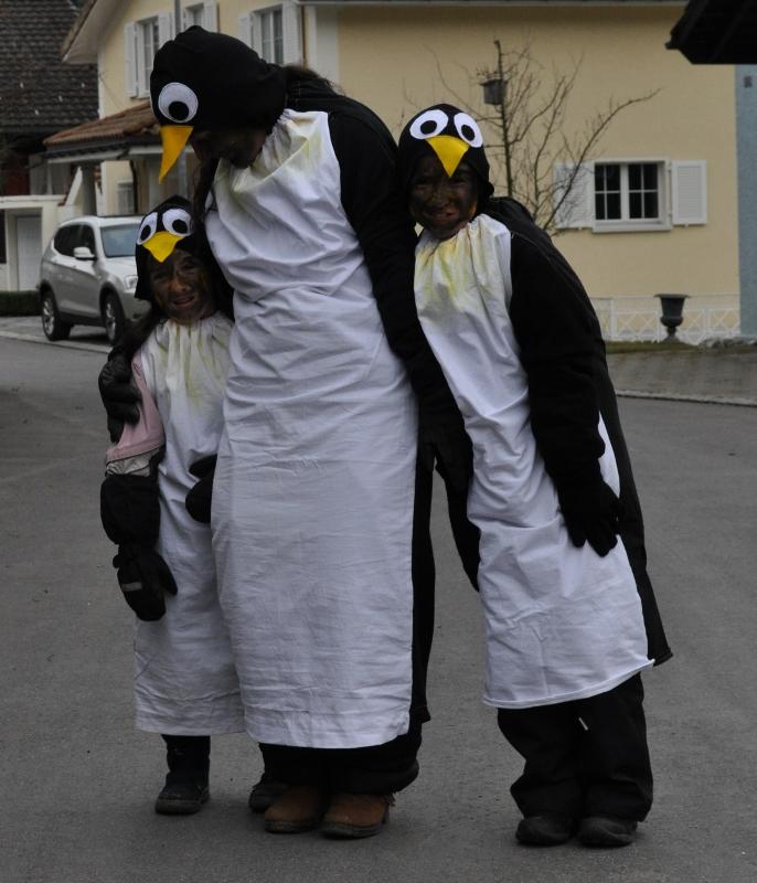 Als Pinguin-Familie zogen wir mit anderen Pinguinen durchs Dorf.